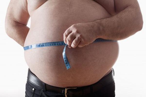 hombre con barriga grande para hacerse una intralipoterapia