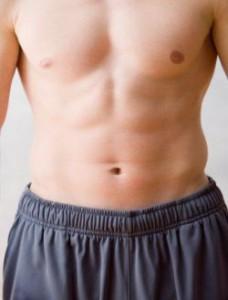 hombre con abdominales trabajadas