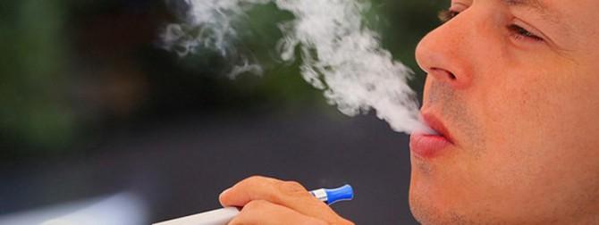 hombre fumando un cigarrillo electrónico
