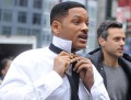 Will Smith haciendo el nudo a su corbata