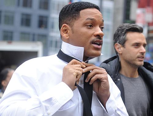 Will Smith haciendo el nudo a su corbata