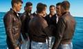 hombres con chaqueta de cuero marrón
