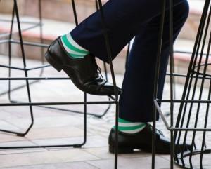 hombre con calcetines a rayas