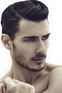 hombre con fijadores de peinado
