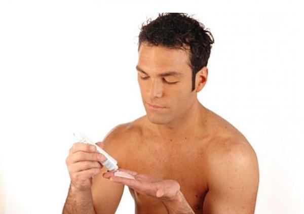Hombre probando una crema