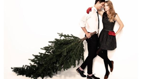 pareja arrastrando un árbol de navidad