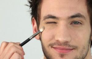 trucos para verte más guapo, hombre maquillándose