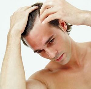 hombre cuidando el cabello masculino