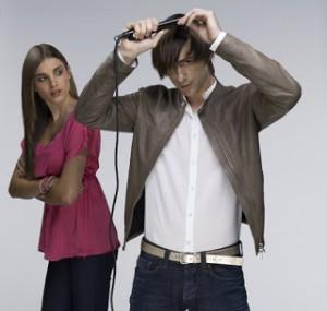 Mujer mirando como hombre se plancha el pelo