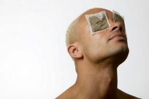 Hombre aplicando compresa en contorno de ojos