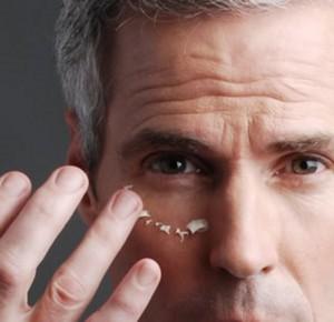 Foto de la mejor manera de aplicar el contorno de ojos para hombre