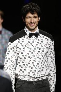 Andrés Velencoso con ropa desigual en la 080 Barcelona Fashion