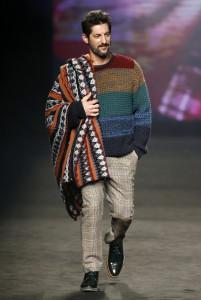 Modelo en pasarela de la 080 Barcelona fashion de desigual