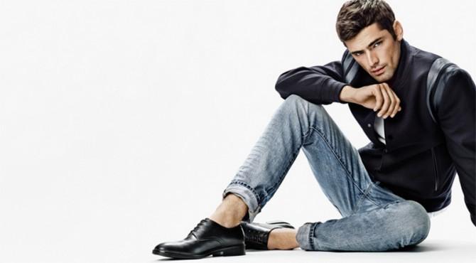 modelo mostrando calzado para hombre de H&M