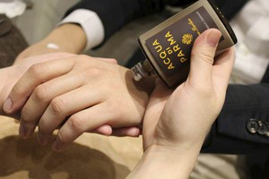 imagen de aplicación loción en manicura para hombre
