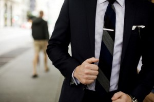 Hombre luciendo un alfiler de corbata