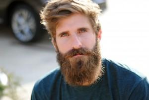 hombre con barba espesa