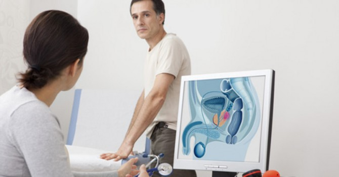 hombre haciéndose un chequeo para prevenir cáncer de próstata