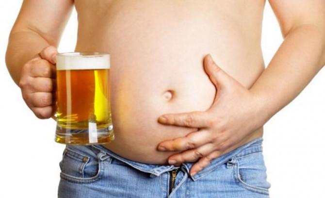 hombre con jarra de cerveza en la mano