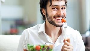hombre comiendo verdura