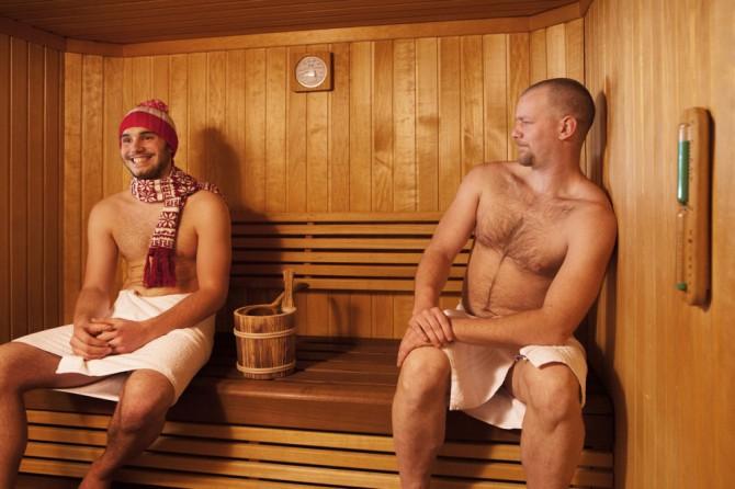 dos hombres en una sauna
