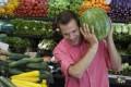 hombre comprando sandía para luchar contra la impotencia sexual