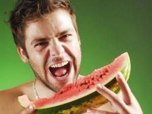 hombre comiendo sandía