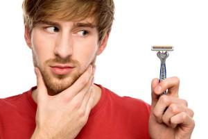hombre intentando afeitar la piel sensible