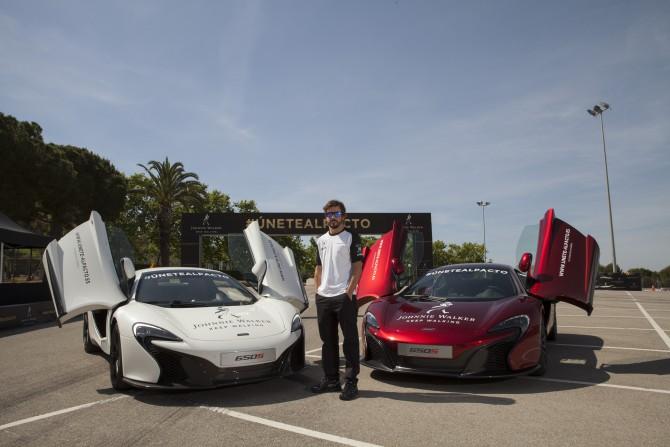 Fernando Alonso posando junto a dos Mc Laren