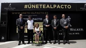 Fernando Alonso junto a más personas