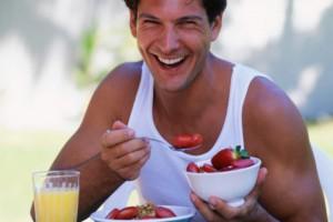 hombre comiendo fresas