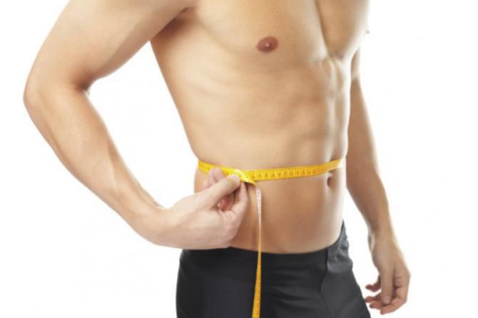 hombre con cinta métrica en la tripa en tipos de estómagos masculinos