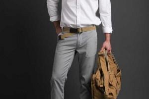 hombre con cinturón