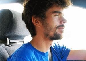 hombre con calvas en la barba