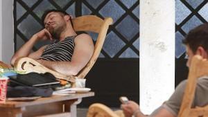hombre durmiendo la siesta