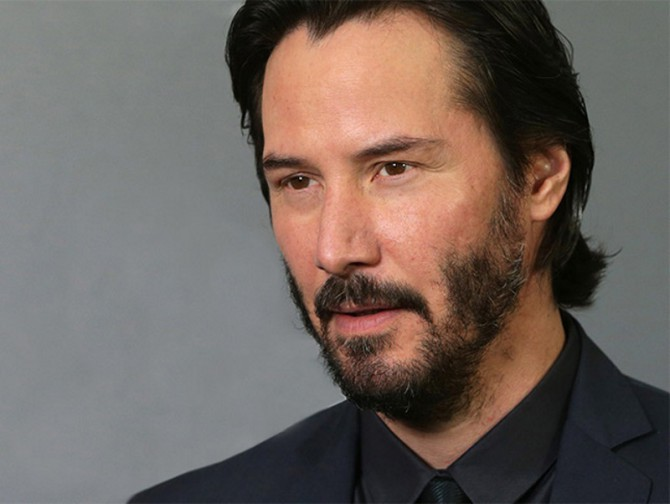Keanu Reeves con calvas en la barba