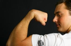 hombre con músculos por la testosterona