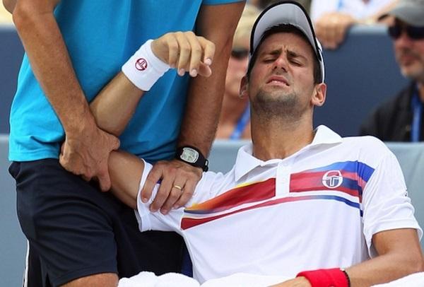 deportista con dolor en el hombro