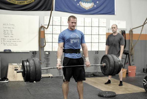 hombre haciendo pesas