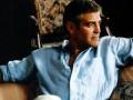 George Clooney con camisa cambray