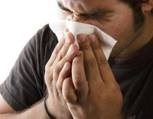 hombre con alergia