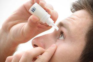 Hombre con alergia en los ojos