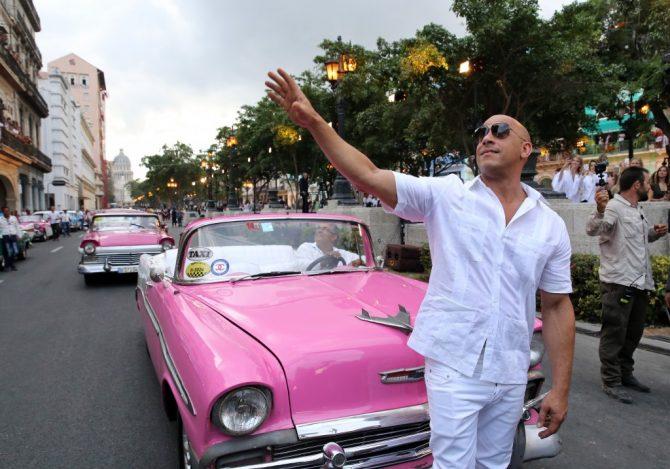 Vin diesel con camisa cuello cubano