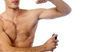 hombre usando desodorantes weleda