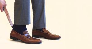 hombre usando un calzador
