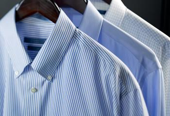 Diferentes tejidos de camisas masculinas