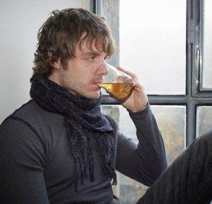 hombre bebiendo té verde matcha